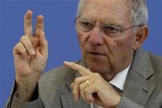 """<p>Le ministre allemand des Finances Wolfgang Schäuble a exprimé son scepticisme quant à la décision de la France de rétablir l'âge de la retraite à 60 ans pour certaines personnes entrées tôt dans le monde du travail face à """"l'évolution démographique"""" en Europe. /Photo prise le 6 juillet 2011/REUTERS/Fabrizio Bensch</p>"""