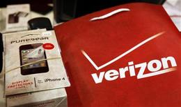 <p>An iPhone 4 and accessories sit on a counter in a Verizon Wireless store shortly after the phone went on sale with Verizon service in New York, February 10, 2011. REUTERS/Mike Segar</p>