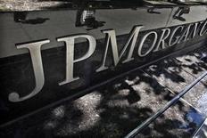 <p>JP Morgan est l'une des valeurs à suivre à Wall Street après ses récentes pertes de trading alors que son PDG Jamie Dimon doit se présenter dans la journée devant le comité bancaire du Sénat américain. /Photo prise le 17 mai 2012/REUTERS/Eduardo Munoz</p>