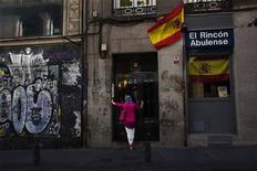 """<p>Dans le centre de Madrid. Moody's Investors Service a abaissé mercredi la note souveraine de l'Espagne de trois crans, de """"A3""""à """"Baa3"""", l'agence de notation estimant que le plan d'aide européen mis en place pour soutenir les banques espagnoles augmentera le poids de la dette du pays. /Photo prise le 13 juin 2012/REUTERS/Susana Vera</p>"""