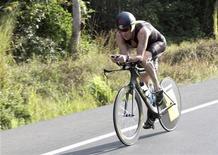 <p>Lance Armstrong lors du triathlon de Panama, en février dernier. L'Agence américaine de lutte contre le dopage (USADA) a engagé une procédure contre le septuple vainqueur du Tour de France cycliste, qu'elle accuse de dopage. /Photo prise le 12 février 2012/REUTERS/Alberto Muschette</p>