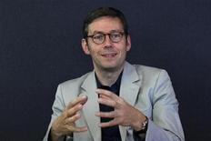 <p>Olivier Fécherolle, directeur de la stratégie et du développement de Viadeo. Les récents déboires boursiers de Facebook, le premier réseau social mondial, n'ont pas découragé le réseau français, qui pourrait relancer son projet d'introduction en Bourse d'ici deux ou trois ans. /Photo d'archives/REUTERS/John Schults</p>