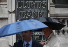 <p>La Grande-Bretagne demande aux banques de séparer leurs activités de banque de détail de celles dans la banque d'investissement et accorde aux déposants un droit prioritaire en cas de faillite, réforme dont le coût pour les banques pourrait atteindre sept milliards de livres (8,64 milliards d'euros) par an. /Photo d'archives/REUTERS/Suzanne Plunkett</p>