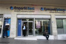 <p>La banque grecque Emporiki, détenue majoritairement par Crédit Agricole, va transférer à la banque française les actions de ses filiales en Roumanie, Bulgarie et Albanie, parachevant un processus entamé en 2009. /Photo prise le 9 mars 2012/REUTERS/John Kolesidis</p>