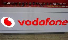 <p>Imagen de archivo del logo de Vodafone en una de sus tiendas en Praga, feb 7 2012. La oferta de 1.040 millones de libras (1.600 millones de dólares) que hizo el grupo de telefonía móvil Vodafone por Cable & Wireless Worldwide parecía encaminada al éxito el lunes, después de que el mayor accionista del operador británico de la red telefonía fija dejara de lado su oposición a la adquisición. REUTERS/David W Cerny</p>