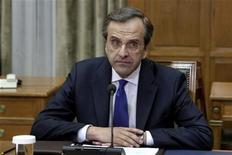 <p>Antonis Samaras, qui vient de prendre ses fonctions de chef du gouvernement grec, a été opéré de l'oeil samedi et sera de ce fait absent du sommet européen des 28 et 29 juin. /Photo prise le 21 juin 2012/REUTERS/Yorgos Karahalis</p>