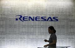 <p>Soumis à la rude concurrence des Coréens et des Taïwanais, Renesas Electronics, cinquième spécialiste mondial des semi-conducteurs, compte supprimer 5.000 emplois - représentant 12% de ses effectifs - et de vendre la moitié de ses 19 sites japonais. /Photo prise le 3 juillet 2012/REUTERS/Yuriko Nakao</p>