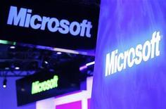<p>Le titre Microsoft figure au rang des valeurs à suivre ce mardi sur les marchés américains, au lendemain de l'annonce par le géant du logiciel du passage d'une charge comptable de 6,2 milliards de dollars relative à sa division de services en ligne sur ses résultats du quatrième trimestre. /Photo d'archives/REUTERS/Rick Wilking</p>