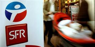 <p>Les opérateurs télécoms SFR et Bouygues Telecom, éprouvés par le lancement d'offres à prix chocs mi-janvier de Free Mobile, ont dévoilé mardi des plans de départs volontaires. La filiale de Vivendi veut économiser près 500 millions d'euros et celle du géant du BTP menace de supprimer plus de 500 emplois. /Photo d'archives/REUTERS</p>