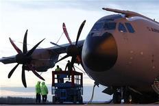 <p>Les problèmes non résolus de moteur de l'avion de transport militaire A400M d'Airbus vont obliger l'avionneur européen à annuler les démonstrations en vol de l'appareil au salon aéronautique de Farnborough la semaine prochaine, selon des sources industrielles. /Photo d'archives/REUTERS/Christian Charisius</p>