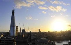 """<p>Imagen de archivo de la Torre Shard en Londres, ene 2 2012. El famoso arquitecto Renzo Piano describe al nuevo rascacielos más alto de Europa como una """"ciudad vertical"""", pero la inauguración este jueves de su creación, ubicada sobre el Puente de Londres, marcó en realidad el equivalente a la apertura de un vecindario enteramente vacío. REUTERS/Toby Melville</p>"""
