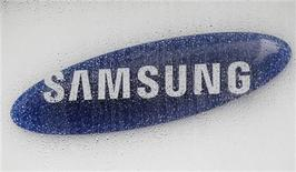 """<p>Foto de archivo del logo de Samsung Electronics en la sede de la firma en Seúl, jul 6 2012. Samsung Electronics venció a Apple en la última batalla por la guerra de patentes entre las compañías rivales, ya que un juez británico dictaminó que las tabletas Galaxy de Samsung no infringieron los diseños del iPad de la firma tecnológica estadounidense porque no tienen tanta """"onda"""". REUTERS/Lee Jae-Won</p>"""