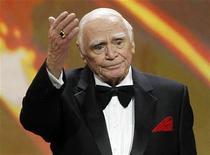 """<p>Imagen de archivo del actor Ernest Borgnine tras recibir un premio a su trayectoria en los premios del Sindicato de Actores en Los Angeles, ene 30 2011. El actor estadounidense Ernest Borgnine, cuya apariencia de bulldog lo convirtió en un tipo rudo natural en películas como """"La pandilla salvaje"""" (The Wild Bunch), pero quien ganó el Oscar por interpretar a un solitario sensible en """"Marty"""", murió el domingo a la edad de 95 años, informó su agente. REUTERS/Mario Anzuoni</p>"""