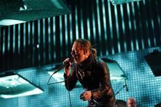 <p>El vocalista del grupo Radiohead, Thom Yorke, durante una presentación del grupo en el Festival de Coachella en Indio, EEUU, abr 14 2012. El proyecto de ley de la Unión Europea para dar a los músicos más control sobre sus derechos de autor ha enfadado a bandas como Radiohead y Pink Floyd, que acusan a la Comisión Europea de romper sus promesas para abordar el problema de la falta de pago a los artistas por sus canciones. REUTERS/David McNew</p>