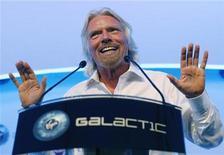 <p>Foto de archivo del empresario británico Richard Branson durante el lanzamiento de la aeronave LauncherOne en Farnborough, Inglaterra, jul 11 2012. El extravagante empresario británico Richard Branson, cuyo imperio Virgin ha abarcado aerolíneas, tiendas de música, teléfonos celulares y el negocio de los preservativos, probará ahora con el lanzamiento de satélites. REUTERS/Luke MacGregor</p>