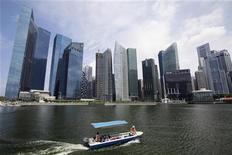 <p>Le quartier financier de Singapour. L'économie de Singapour, très dépendante de l'évolution du commerce international, s'est contractée de 1,1% au deuxième trimestre après une croissance soutenue sur les trois premiers mois de l'année. /Photo prise le 12 juillet 2012/REUTERS/Tim Chong</p>
