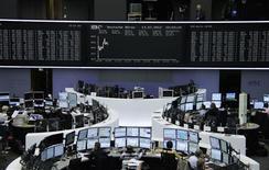 <p>Les Bourses européennes évoluaient en hausse vendredi à la mi-séance, les investisseurs ayant été rassurés par les chiffres de la croissance chinoise. À Paris, le CAC 40 progressait de 0,69% vers 12h30 tandis qu'à Francfort (photo), le Dax gagnait 1,14%. /Photo prise le 13 juillet 2012/REUTERS/Remote/Tobias Schwarz</p>