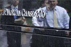 <p>JPMorgan Chase a publié vendredi un bénéfice en baisse au titre du deuxième trimestre, marqué par une perte de trading importante sur le portefeuille de produits dérivés s'élevant à 4,4 milliards de dollars avant impôts. /Photo prise le 22 mai 2012/REUTERS/Eduardo Munoz</p>
