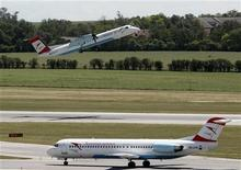 <p>Austrian Airlines a entamé la transition de sa flotte du Boeing 737 à l'Airbus A320 pour ses vols moyen-courriers, une réorganisation voulue par sa maison mère allemande Lufthansa et censée facilitée l'assainissement de ses comptes. /Photo prise le 5 juin 2012/REUTERS/Heinz-Peter Bader</p>