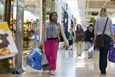 <p>Le moral des ménages américains s'est de nouveau dégradé début juillet pour atteindre son plus bas niveau depuis sept mois, les consommateurs se montrant plus pessimistes sur l'évolution de leurs finances et sur le marché du travail. /Photo d'archives/REUTERS/Chris Keane</p>