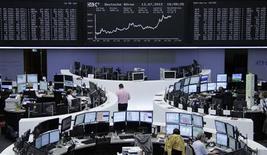 <p>Les Bourses européennes on clôturé en hausse vendredi, rassurées par la publication d'une croissance du PIB chinois au 2e trimestre en ligne avec les attentes. Paris a progressé de 1,46%, à 3.180,81 points, la Bourse de Londres a pris 1,03% et celle de Francfort a avancé de 2,15%. /Photo prise le 13 juillet 2012/REUTERS/Remote/Tobias Schwarz</p>