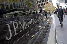 <p>Les positions hasardeuses prises par certains traders de JPMorgan Chase lui ont fait perdre 4,4 milliards de dollars (3,6 milliards d'euros) sur le seul deuxième trimestre, soit deux fois plus que le montant initialement annoncé en mai. Des salariés de la première banque américaine ont également pu tenter de dissimuler des pertes au premier trimestre, celles-ci s'élevant désormais à 5,8 milliards de dollars depuis le début de l'année. /Photo prise le 13 juillet 2012/REUTERS/Andrew Burton</p>