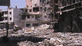 <p>منازل مدمرة في حمص يوم الاثنين. صورة لرويترز تستخدم في الاغراض التحريرية فقط</p>