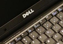 <p>Imagen de archivo de un ordenador portátil Dell Latitude D430 en Nueva York, ago 26 2008. El nuevo jefe de programación de Dell dijo que planea aumentar cinco veces el tamaño del negocio de software de la empresa, un objetivo que podría llevar a al menos un 25 por ciento el aporte de la división a las utilidades del tercer fabricante mundial de computadores personales. REUTERS/Brendan McDermid</p>