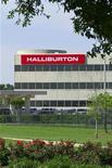 <p>Halliburton a annoncé lundi une légère progression de son bénéfice au deuxième trimestre grâce à une hausse de ses revenus internationaux. Son chiffre d'affaires a progressé de 22% à 7,2 milliards de dollars. /Photo prise le 6 avril 2012/REUTERS/Richard Carson</p>