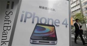 <p>Foto de archivo de un anuncio de un iPhone 4S de Apple manejado por la firma operadora Softbank en Tokio, oct 14 2011. Apple se enfrentará a un fenómeno inusual cuando informe sus resultados el martes: las bajas expectativas. Pocos esperan que la empresa tecnológica más valiosa del mundo -que supera las expectativas de Wall Street con regularidad- entregue una vez más un resultado extraordinario. REUTERS/Kim Kyung-Hoon</p>