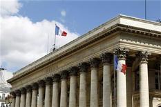 """<p>Les Bourses européennes ont débuté sur une note hésitante mardi, un indicateur chinois rassurant ayant compensé la mise sous surveillance du """"Aaa"""" de l'Allemagne par Moody's et les craintes persistantes que l'Espagne ne demande une aide internationale, dans une séance marquée par une batterie de résultats. À Paris, le CAC 40 avance de 0,31%, la Bourse de Francfort cède 0,09% et celle de Londres gagne 0,15%. /Photo d'archives/REUTERS</p>"""