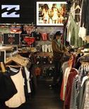 <p>Le fonds d'investissement TPG Capital a lancé une nouvelle offre publique d'achat (OPA) sur le spécialiste australien des vêtements de surf Billabong International, pour un montant de 694 millions de dollars australiens (589 millions d'euros). /Photo prise le 25 juin 2012/REUTERS/Daniel Munoz</p>