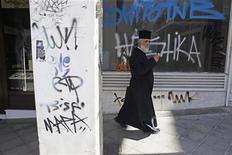 <p>La baisse de l'activité économique en Grèce pourrait dépasser 7% cette année, selon le Premier ministre Antonis Samaras, qui estime que son pays ne devrait pas renouer avec la croissance avant 2014. /Photo prise le 20 juin 2012/REUTERS/Pascal Rossignol</p>