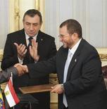 <p>هشام قنديل رئيس الوزراء المصري المكلف (يمينا) مع رئيس الوزراء الاسبق عصام شرف في القاهرة يوم 17 سبتمبر ايلول 2011 - صورة لرويترز</p>