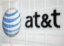 <p>AT&T a fait état mardi d'une hausse plus marquée que prévu de son bénéfice net au deuxième trimestre à la faveur d'une progression supérieure aux attentes du nombre d'abonnés à ses services de téléphonie mobile. /Photo d'archives/REUTERS/Rick Wilking</p>