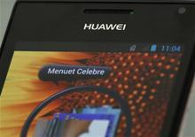 <p>Le bénéfice d'exploitation du numéro deux mondial des équipements de réseaux de télécommunications Huawei Technologies a baissé de 22% au premier semestre, à 8,79 milliards de yuans (1,14 milliard d'euros), conséquence de la baisse des investissements des opérateurs dans un contexte économique défavorable. /Photo prise le 16 mars 2012/REUTERS/Bobby Yip</p>