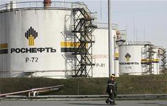 <p>Le groupe pétrolier Rosneft, contrôlé par l'Etat russe, est en discussions en vue de racheter la participation de 50% que BP détient dans TNK-BP, troisième entreprise du secteur en Russie. Créé il y a 10 ans pour exploiter les réserves pétrolières de la Russie, TNK-BP est estimé à quelque 60 milliards de dollars. /Photo d'archives/REUTERS/Ilya Naymushin</p>