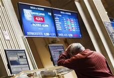 <p>L'Espagne est confrontée à l'envolée de ses coûts de financement qui risquent de la contraindre à solliciter une aide extérieure. Madrid a demandé mardi à l'Union européenne d'appliquer rapidement les décisions prises fin juin par les chefs d'Etat et de gouvernement de la zone euro pour endiguer la crise de la dette. /Photo prise le 24 juillet 2012/REUTERS/Andrea Comas</p>