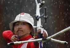 <p>La china Fang Yuting participa el domingo en las semifinales de arquería por equipos en los Juegos Olímpicos de Londres. Jul 29, 2012. REUTERS/Suhaib Salem</p>