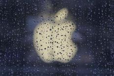 <p>Imagen de archivo del logo de Apple impreso en una de sus tiendas y visto desde las afuerdas de una ventana en un día de lluvia en Shanghái, feb 22 2012. Una universidad de Taiwán presentó una demanda de infracción de patentes contra Apple ante un tribunal estadounidense por el sistema de reconocimiento de voz Siri del fabricante del iPhone, que permite al usuario hacer llamadas o hacer otras tareas con comandos de voz. REUTERS/Aly Song</p>