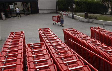 A woman pushes a shopping trolley to a supermarket in Lisbon August 30, 2011. REUTERS/Jose Manuel Ribeiro