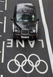 <p>Un taxi a lo largo de una pista de tráfico exclusiva en Westminster, Inglaterra, jul 20 2012. El tan difamado sistema de transporte público de Gran Bretaña tuvo una inusualmente tranquila hora pico en el primer día hábil de trabajo el lunes en los Juegos Olímpicos de Londres, ganándose una medalla de oro por haber trasladado sin problemas un millón de espectadores. REUTERS/Neil Hall</p>