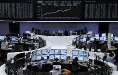 <p>Les Bourses européennes ont fortement rebondi vendredi dans le sillage des valeurs bancaires. LeCAC 40 a gagné 4,38% à 3.374,19 points, au lendemain d'une baisse de 2,68%. La Bourse de Londres a avancé de 2,21%, celle de Francfort de 3,93%, Milan de 6,34% et Madrid de 6%. /Photo prise le 3 août 2012/2012/REUTERS/Remote/Tobias Schwarz</p>