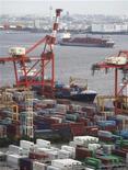 <p>L'économie japonaise a crû de 0,3% entre avril et juin, moitié moins que prévu, soulevant des doutes sur la solidité de la reprise économique alors que les dépenses des consommateurs ralentissent et que la crise de la dette en Europe pèse sur la demande mondiale. /Photo prise le 20 juin 2012/REUTERS/Yuriko Nakao</p>