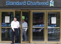 <p>Standard Chartered espère parvenir à un règlement négocié de l'affaire des transactions occultes présumées avec l'Iran et doit reprendre contact avec les autorités américaines ce lundi, selon des sources proches du dossier. /Photo prise le 9 août 2012/REUTERS/Lee Jae-Won</p>
