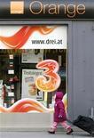 <p>Boutique Orange, à Vienne, en Autriche. Hutchison Whampoa, groupe de Hong Kong déjà propriétaire du numéro trois autrichien de la téléphonie mobile, veut mettre la main sur le numéro quatre Orange Autriche, filiale de France Télécom, pour se renforcer et améliorer sa rentabilité sur l'un des marchés des télécoms les plus concurrentiels en Europe, mais la Commission européenne a ouvert fin juin une enquête approfondie. /Photo prise le 3 février 2012/REUTERS/Heinz-Peter Bader</p>