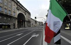 <p>Les investisseurs étrangers ont réduit leurs portefeuilles de dette souveraine italienne de plus d'un quart depuis juin 2011, ramenant leur exposition à celle-ci à son plus bas niveau depuis mars 2005. /Photo prise le 1er juillet 2012/REUTERS/ Paolo Bona</p>