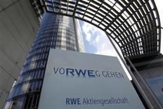 <p>RWE annonce un bénéfice net en baisse au premier semestre, ce qui laisse penser qu'il s'adapte moins bien que son concurrent E.ON à la sortie du nucléaire de l'Allemagne. /Photo prise le 6 mars 2012/REUTERS/Ina Fassbender</p>