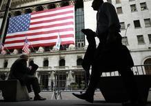 <p>Les places boursières américaines ont ouvert en hausse mardi, les investisseurs saluant des ventes au détail meilleures que prévu qui donnent un signal encourageant pour la reprise économique aux Etats-Unis. Dans les premiers échanges, le Dow Jones progresse de 0,23%, le S&P-500 prend 0,27% et le Nasdaq avance de 0,23%. /Photo prise le 30 juillet 2012/REUTERS/Brendan McDermid</p>