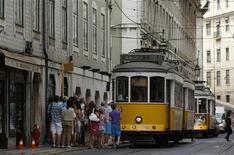 <p>A Lisbonne, le mois dernier. L'activité économique portugaise s'est contractée au deuxième trimestre, avec un recul de 1,2% du PIB par rapport au trimestre précédent, accentuant la récession dans un pays déjà malmené par le chômage, qui culmine à un niveau historique dans un contexte d'austérité sévère. /Photo prise le 10 juillet 2012/REUTERS/Rafael Marchante</p>